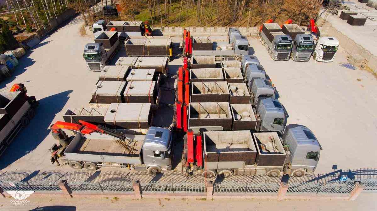 letecký pohľad na výrobu a dopravu betónových žúmp a septikov