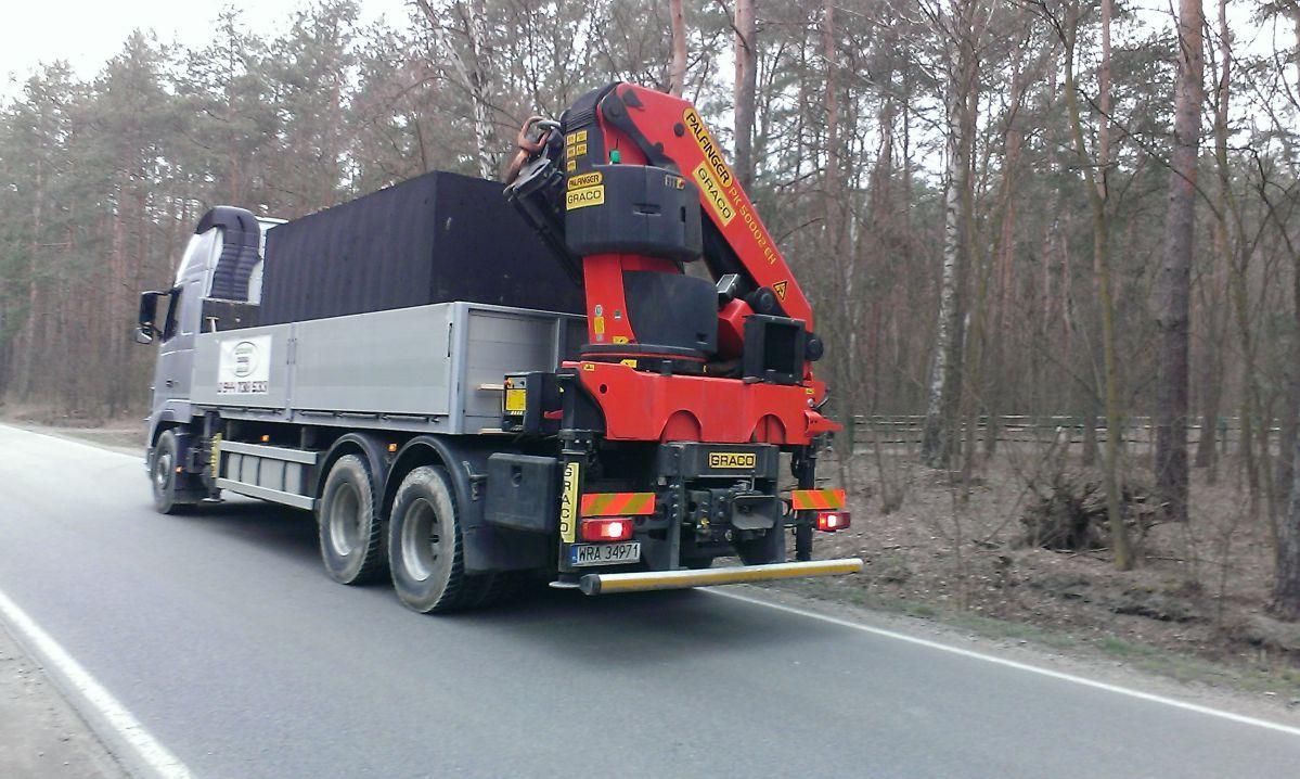 Autožeriav s naloženou betónovou nádržou