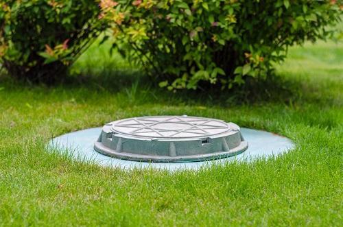 vstup do podzemnej betónovej nádrže na odpadovú vodu
