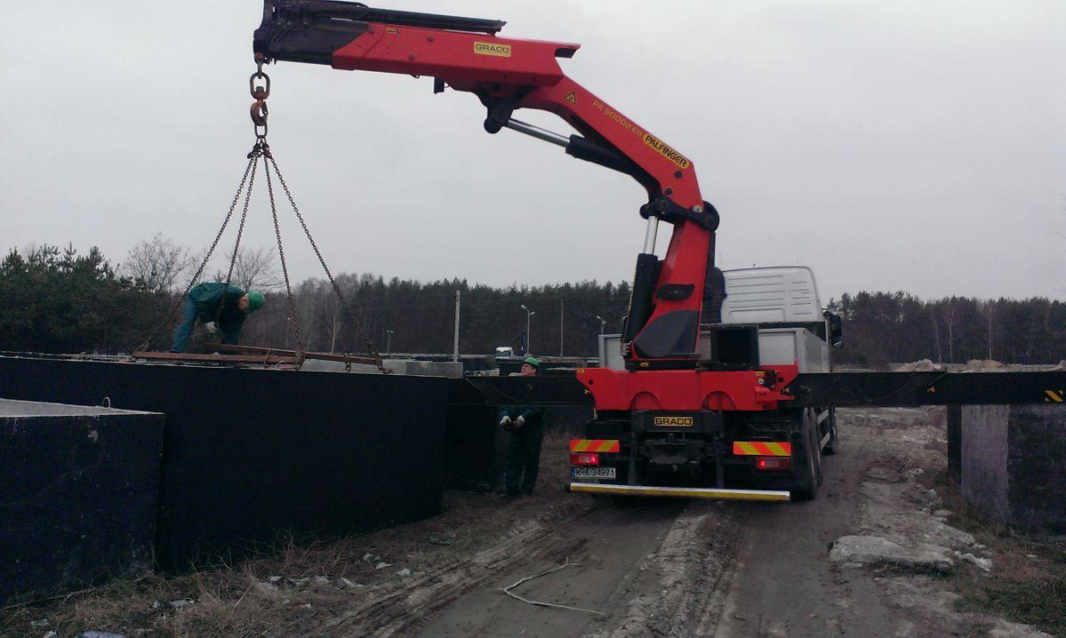 Doprava betónových nádrží vozidlom s hydraulickou rukou