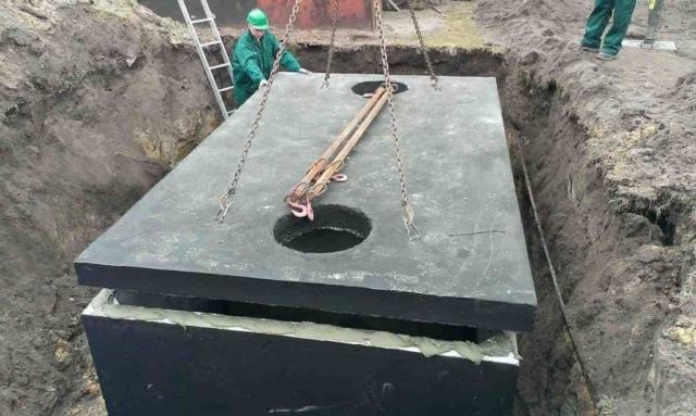 Usadenie poklopu na betónový septik