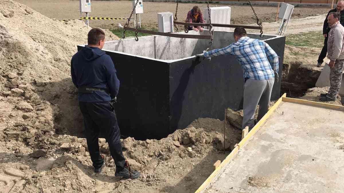 Usadenie betónové žumpy do jamy žeriavom
